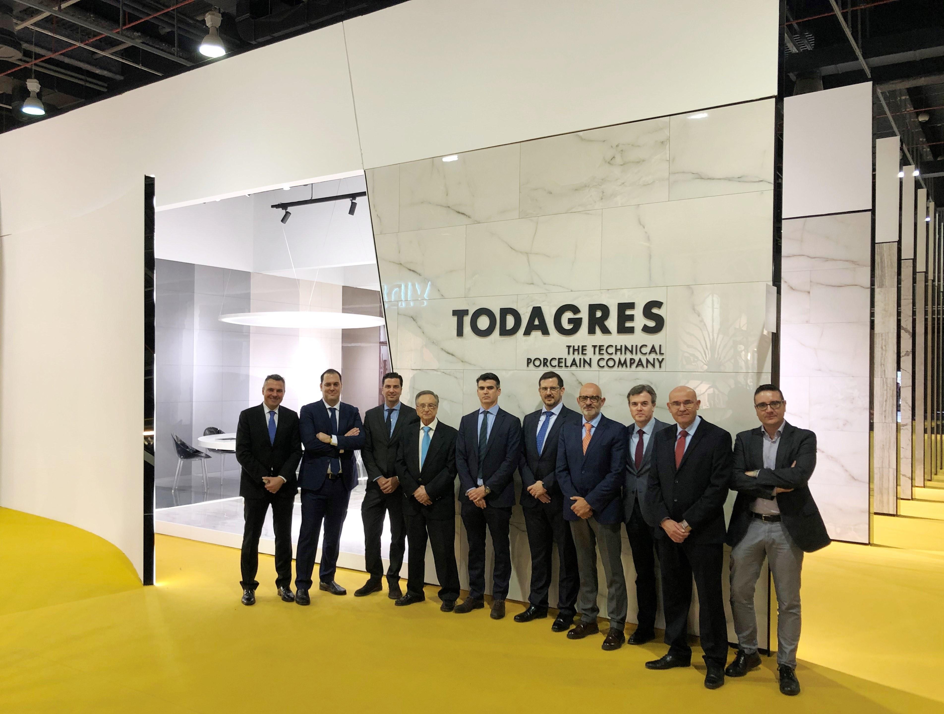 El presidente de Grupo Fuertes, Tomás Fuertes, visita el stand de Todagres en Cevisama 2020